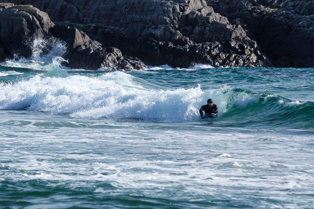 En surfer rir på bølgene på Sandvesand