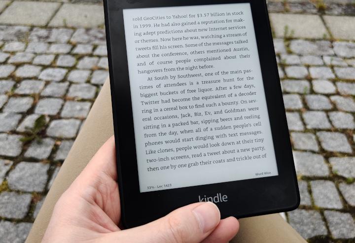 """Bilde av en Amazon Kindle med boken """"Hatching Twitter"""" på skjermen."""